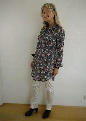 Grå tunika skjorte med blomster